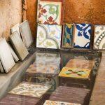 13 O mosaico e submerso em agua durante pelo menos 8 horas