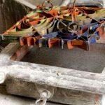 2 O molde de metal os mais antigos sU00e3o de cobre U00e9 introduzido na fU00f4rma de ferro fundido