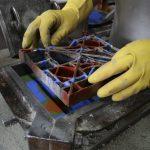 4 A matriz U00e9 retirada cuidadosamente sem que as cores se misturem no molde de ferro