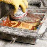 6 Uma camada de cimento seco e espalhada sobre a peca para absorver a humidade da tinta