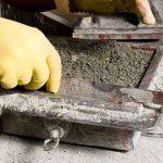 7 Outra camada de cimento agora humido sela o ladrilho e com a regua o ladrilheiro nivela a peca